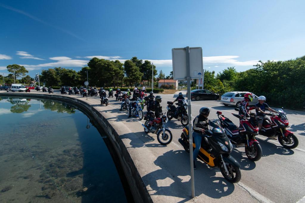 Velika skupina zadarskih bikera snimljena ispred caffe bara Yachting na Boriku odakle su krenuli na put prema Grobniku