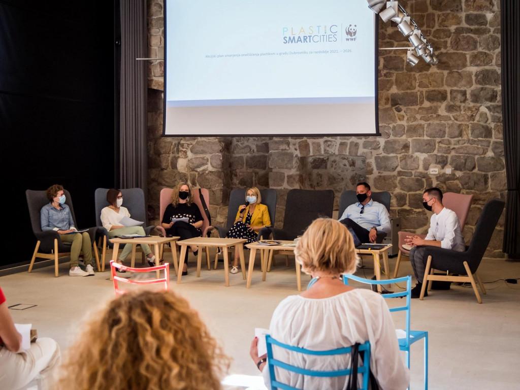"""U sklopu projekta """"Plastic Smart Cities"""" u Lazaretima je održana dvodnevna radionica na kojima se predstavio projekt, kao i """"Akcijski plan smanjenja onečišćenja plastikom u gradu Dubrovniku za razdoblje 2021.- 2026."""""""