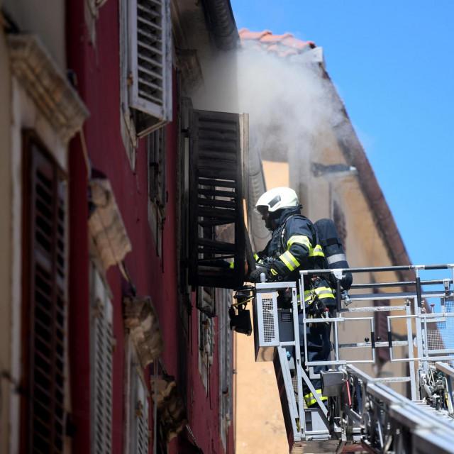Zadar, 150621.<br /> Kalelarga, ulica Mihe Klaica.<br /> U centru Zadra izbio je pozar u stanu zgrade na drugom katu. Vatra se brzo siri pa su vatrogasci i policija pokrenuli evakuaciju stanara.<br /> Na fotografiji: vatrogasci gase pozar.<br />