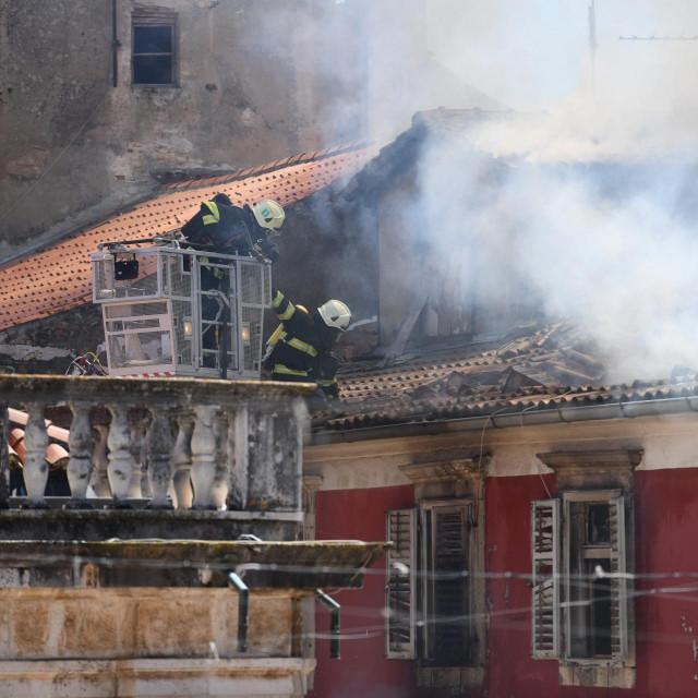 U centru Zadra izbio je pozar u stanu zgrade na drugom katu. Vatra se brzo siri pa su vatrogasci i policija pokrenuli evakuaciju stanara.<br />