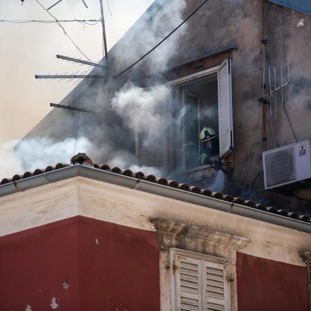 Jutros oko 11 sati buknuo je požar u stanu zgrade na Narodnom trgu u Zadru. Požar se proširio na susjedne stanove, a vatrogasci su još uvijek na terenu i pokušavaju spriječiti širenje vatre