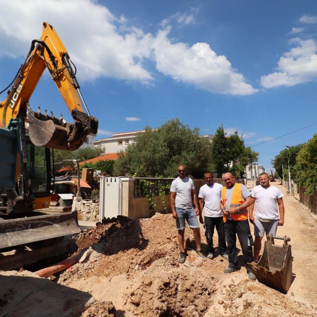 Nakon izvođenja priključaka na vodu i kanalizaciju, u tijeku su završni radovi na pripremi za asfaltiranje Starog puta na Viru.