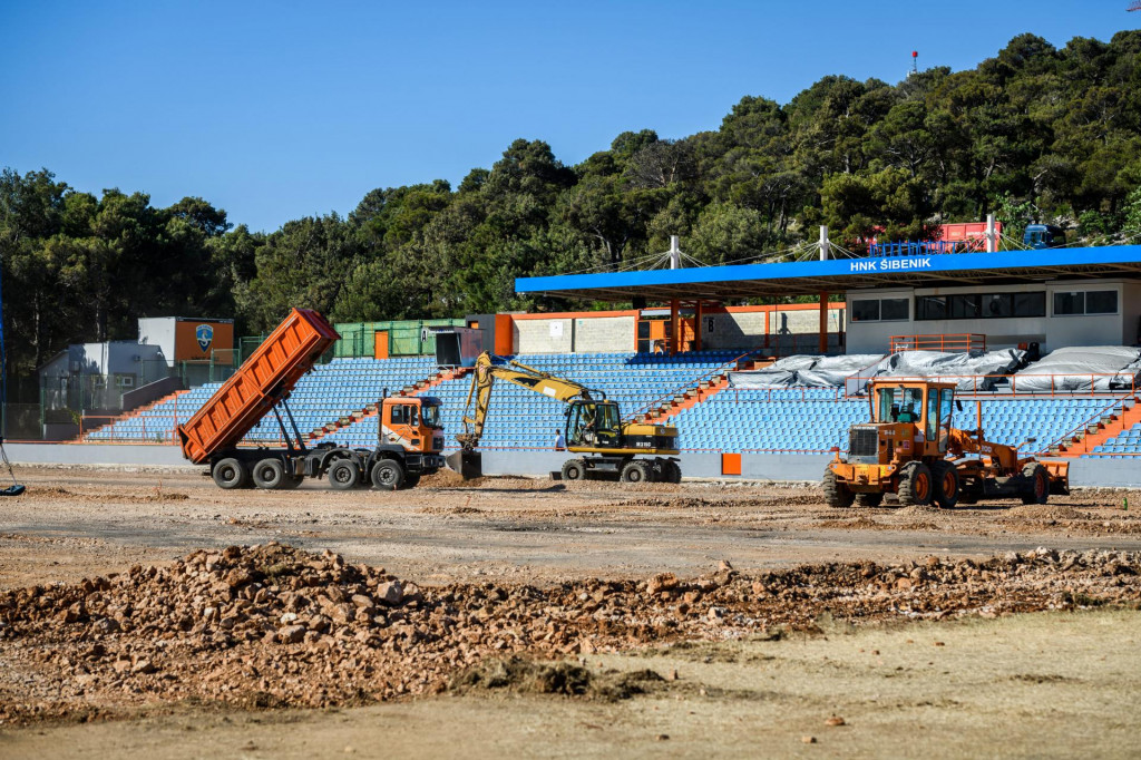 Građevinski radovi na postavljanju novog hibridnog travnjaka na stadionu Šubićevac.<br />