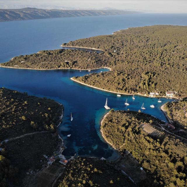 Uvala Lovišće na Šćedru jedna je od tihih oaza uz južne obale otoka Hvara