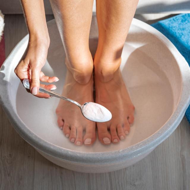 Soda bikarbona naročito je korisna kod atletskoga stopala, a njeno nanošenje na stopala i u unutrašnjost cipela pomaže u apsorpciji vlage i znoja