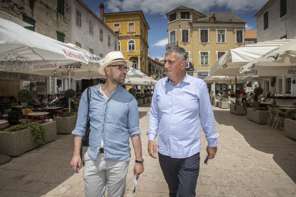 Miro Bulj s našim novinarom na sinjskoj Pijaci: Braco, ljudi loše žive