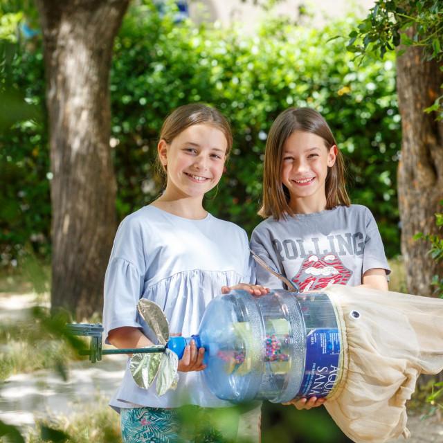 Učenice OŠ 'Spinut' Nora Ninković i Sofija Grgić Martin s kitom kojeg su napravile od recikliranih materijala