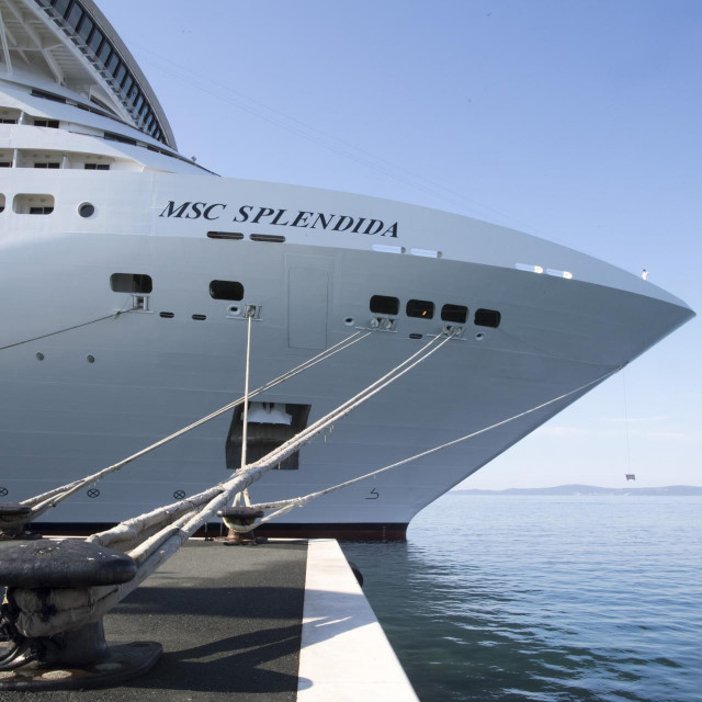U splitsku gradsku luku uplovio je kruzer MSC Spendida dug 333 metra s 800 putnika
