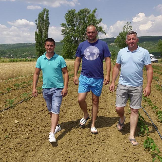 'Žao bi nam bilo da nam polja stoje u ledini i drači', kaže vinjanski trojac