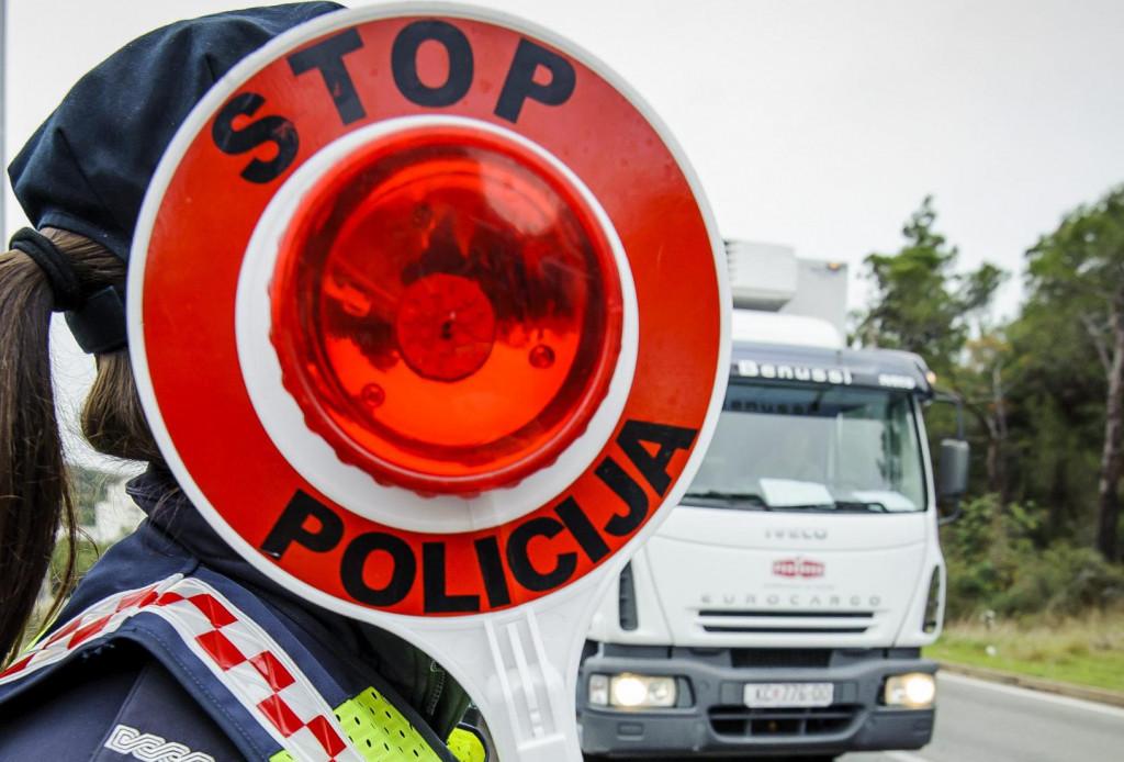 Sibenik, 131217.<br /> Pripadnica prometne policije u kontroli prometa na Jadranskoj magistrali.Policija je najavila pojacanu kontrolu u nadolazecim danima zbog povecane konzumacije alkohola.<br />