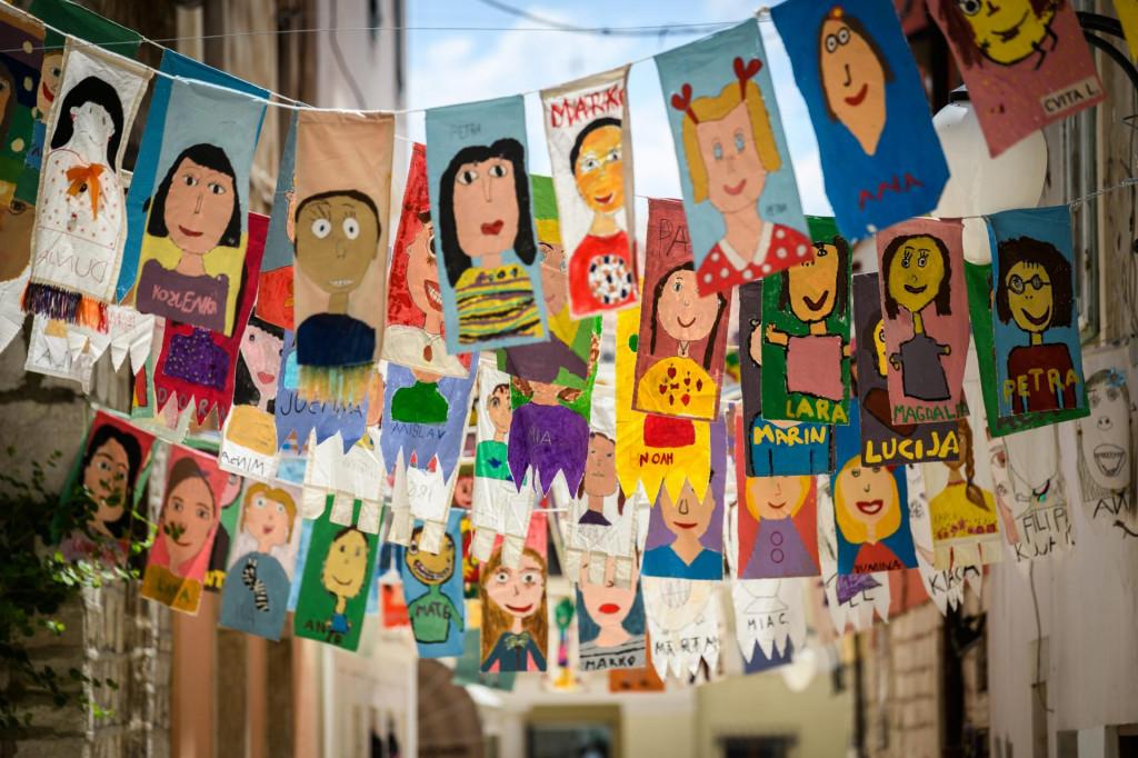 Centar grada ukrašen je zastavicama u povodu 61. Međunarodnog dječjeg festivala<br />