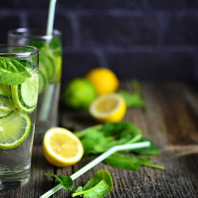 Zagrijte vodu u koju ćete iscijediti limun: topla ili vruća tekućina poticajno djeluje na crijeva