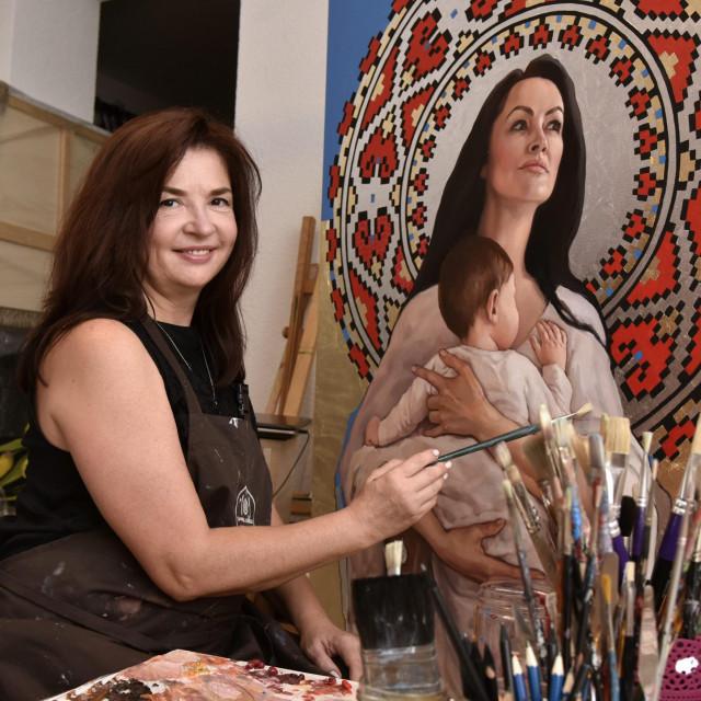 Oksana u svome atelijeru - žene majke čest su joj motiv