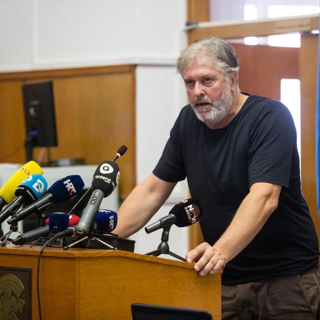 Enio Mestrović za govornicom Gradskog vijeća<br />