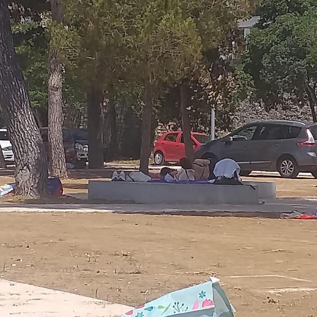Parkiranje na novouređenom kupalištu na Kolovarama