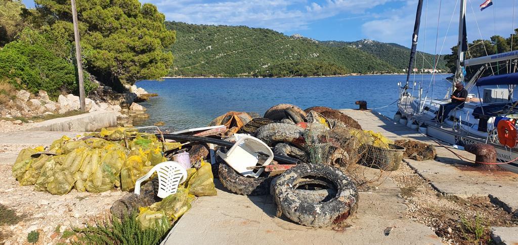 Brdo otpada izvađeno je s dna mora