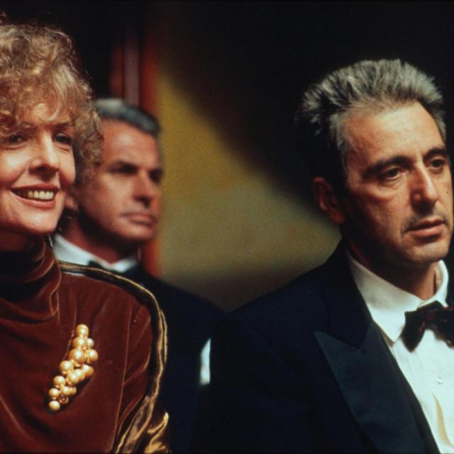 Al Pacino i Diane Keaton u zavšnim scenama Kuma 3, dok slušaju operu u kojoj nastupa njihov sin....Za to vrijeme traje mafijaški obračun...