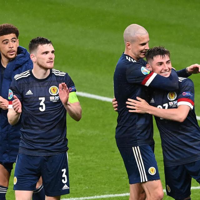 EVO KAKO KONTAKTA NI(JE) BILO: Škotski reprezentativci Che Adams, Andrew Robertson, Lyndon Dykes i Billy Gilmour na Wembleyu nakon utakmice s Engleskom 18. lipnja