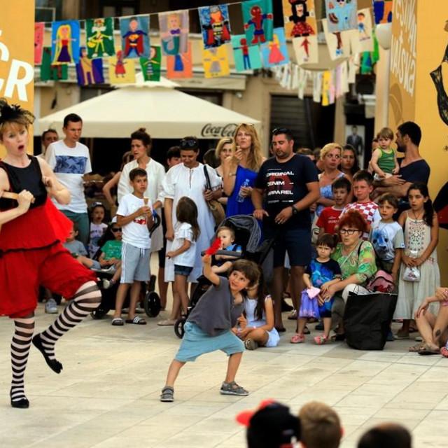 Ulicni cirkus kod Festivalskih vrata