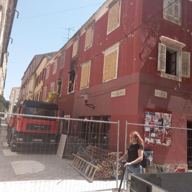 Radnici rješavaju šutu i razni materijal iz zgrade