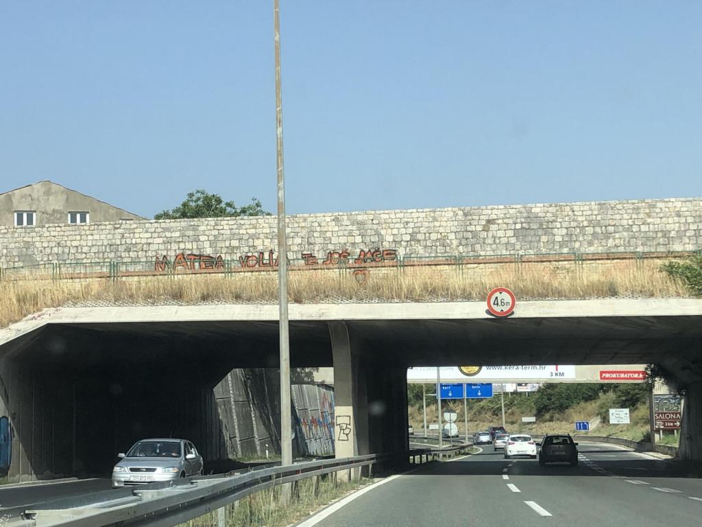 Natpis na Dioklecijanovom akveduktu prije rotora na Bilicama