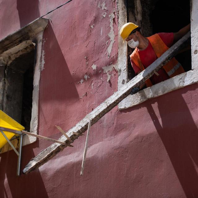 Radnici rasciscavaju unutrasnjost u pozaru stradale zgrade na Narodnom trgu. Od zgrade ce kako se sad cini ostati samo vanjski zidovi.<br />