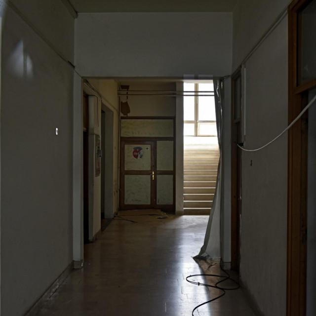 Ulaz u bivšu Brodosplitovu zgradu pored nekadašnjeg škverskog Doma zdravlja gdje sada vježba mandolinski orkestar