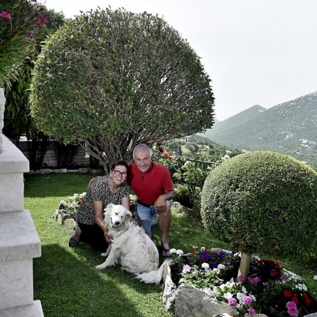 Silvana i Špiro Gruica u svom vrtu<br />
