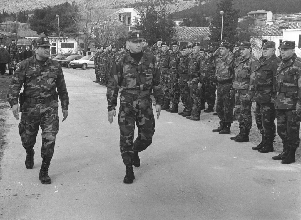 Smotra pripadnika 7. domobranske pukovnije, satnija Starigrad-Seline: <strong>Danijel Telesmanić Did</strong> i general <strong>Ante Gotovina</strong>.