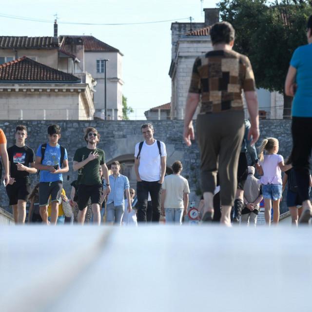 Veliki broj Zadrana i turista uziva u setnji zadarskim Poluotokom<br />