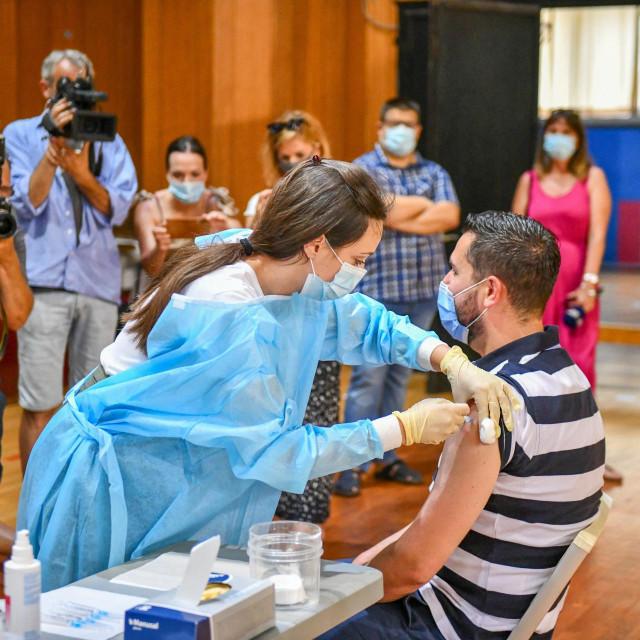 Dubrovnik, 250621.<br /> Stozer civilne zastite Dubrovacko-neretvanske zupanije uputio je javni poziv za cijepljenje protiv koronavirusa danas u sportskoj dvorani. Potrebna je samo zdravstvena iskaznica a odaziv je velik.<br />