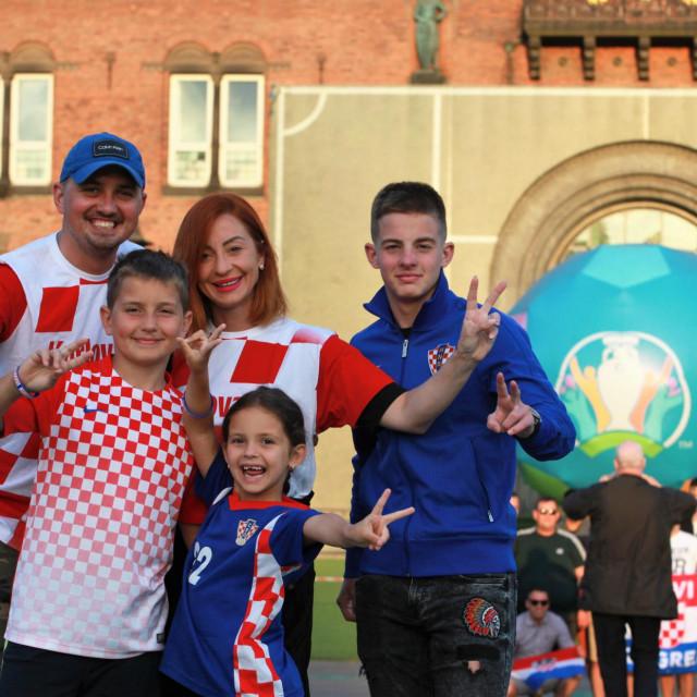 Stigli su do Kopenhagena autom iz Dubrovnika - Teo, Ivano, Mia, Lucija i Nikola Bjelopera ispred gradske vijećnice u prijestolnici Danske