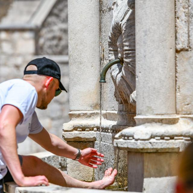 Dubrovnik, 29.06.2021.<br /> Velika Onofrijeva fontana mami ljude ali i golubove svojom ledeno hladnom vodom i pruza osvjezenje u jos jednom toplinskom valu.<br />