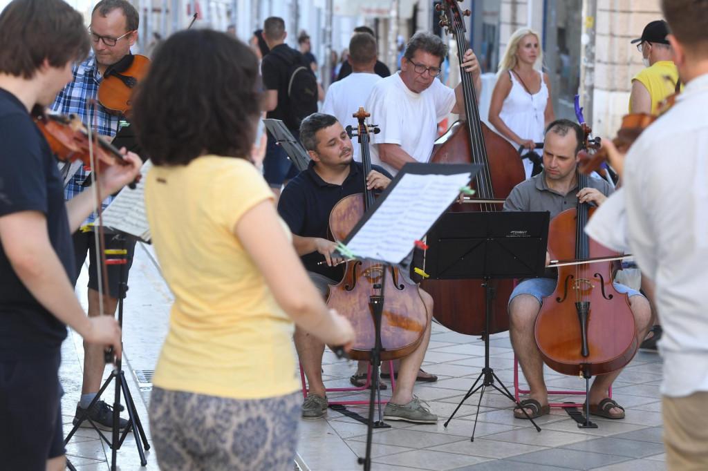 Zagrebački solisti na minikoncertu u Marmontovoj ulici odsvirali su nekoliko poznatih djela na otvorenoj sceni
