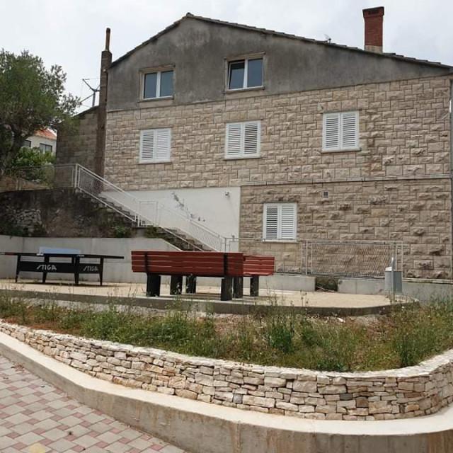Gradonačelnica Korčule naredila je uklanjanje stola i klupa na dječjem igralištu u Žrnovskoj Banji