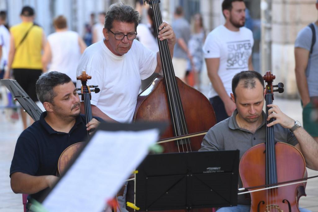 Zagrebački su solisti uoci koncerta u Hrvatskom domu nastupali i na otvorenoj sceni u Marmontovoj ulici u Splitu