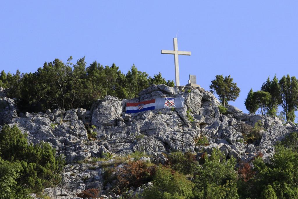 Križ na brdu Čelin iznad Mliništa jedan je od simbola vjere Zažabaca