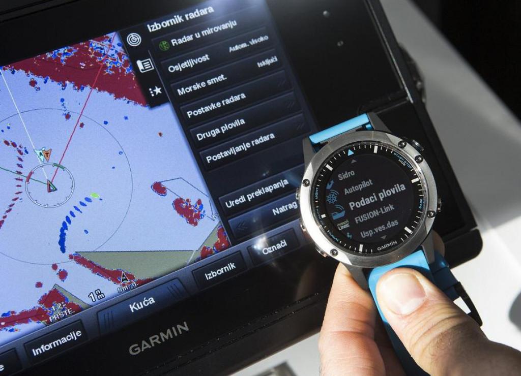 Testiranje sata Garmin Quatix 5 koji ima mogućnost umrežavanja s Garmin navigacijskim uređajima na brodu