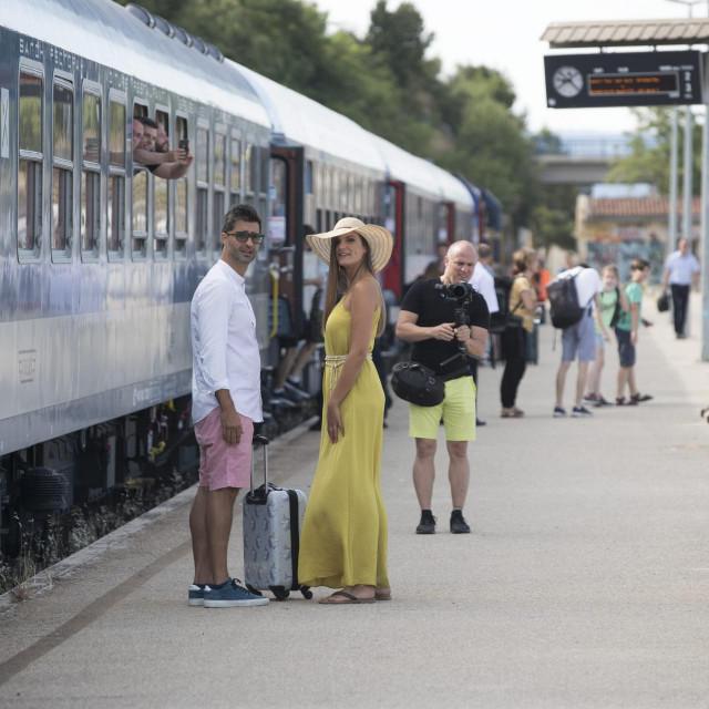 Prvi sezonski vlak iz Budimpešte na splitskom željezničkom kolodvoru