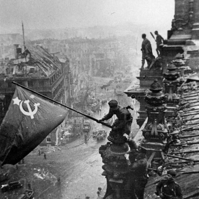 Za slavnu fotografiju vješanja zastave SSSR-a na vrh Reichstaga ratni reporter Haldej<strong> </strong>osobno je izabrao trojicu vojnika te im naložio gdje će i kako stajati