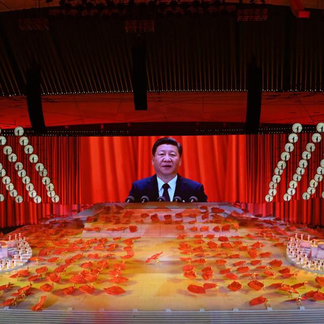 Jedno od 'ukazanja' kineskog predsjednika --Xi Jinping na velikom ekranu u prigodi obilježavanja 100. godišnjice Komunističke partije Kine