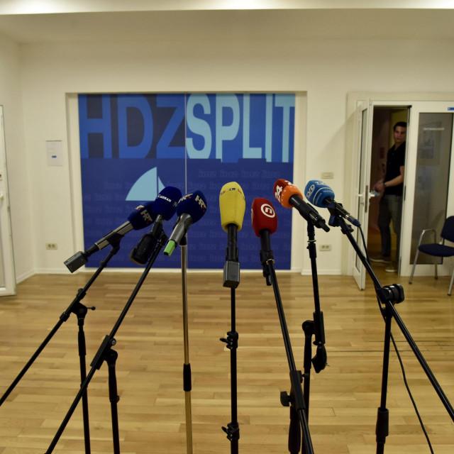 Split,300521<br /> U prostorijama HDZ-a jos se nitko od zvanicnika nije pojavio, tako da su u prostorijama samo novinari.<br /> Na fotografiji: prostorije HDZ-a.<br />