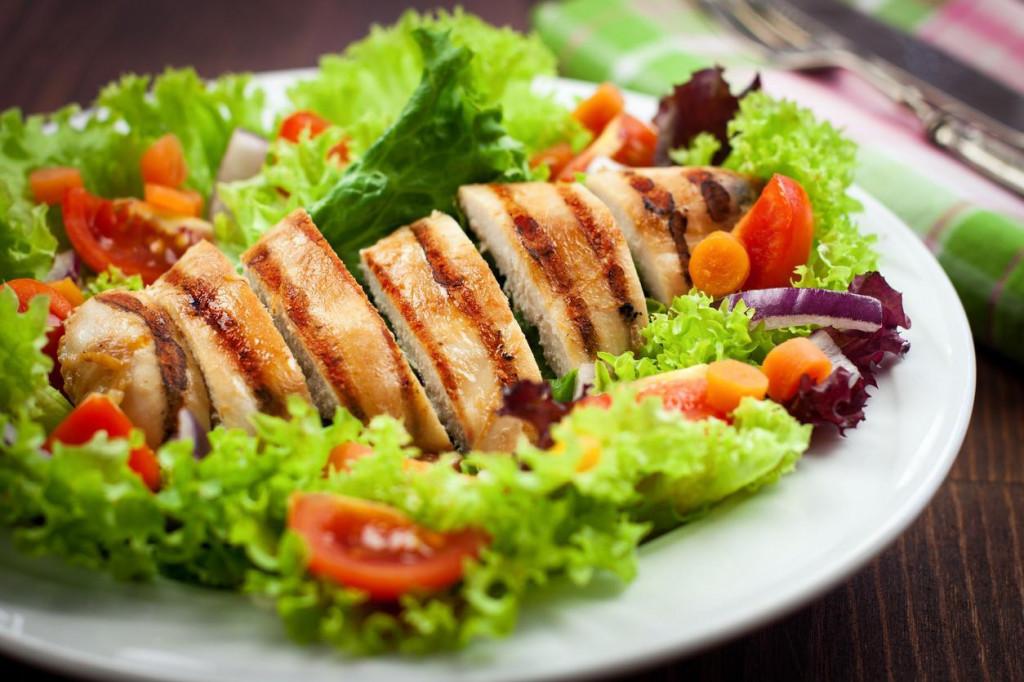 Ljetna salata s piletinom