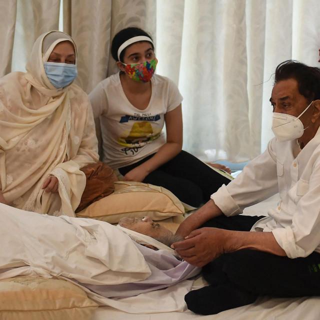 Saira Banu, udovica Dilipa Kumara i glumac Dharmendra uz odar pokojnog velikana indijske kinematografije