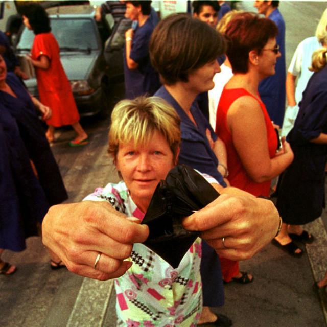 SPLIT/29/08/2000/GRADSKA PROSVJED RADNIKA DIOKOMA/DJELATNICA DIOKOMA POKAZUJE PRAZAN NOVCANIK FOTO/BOZO VUKICEVIC
