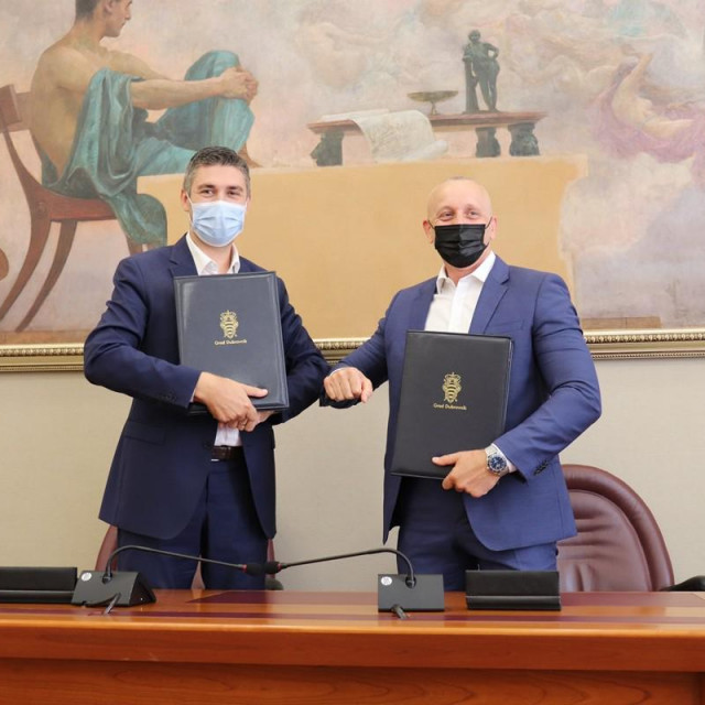 Gradonačelnik Mato Franković potpisao je ugovor za uređenje OŠ Marina Getaldića s predstavnikom tvrtke Alfaplan građenje d.o.o. Matom Butijerom