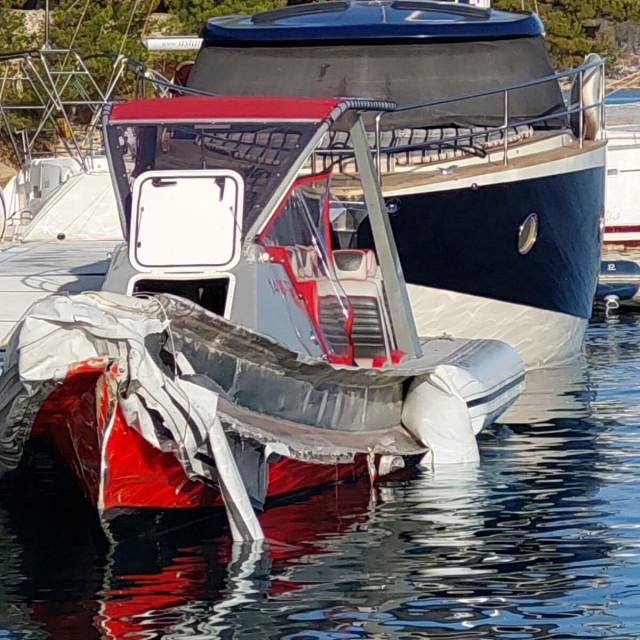 Gliser na kojemu su bili turisti i koji je udario u motorni brod