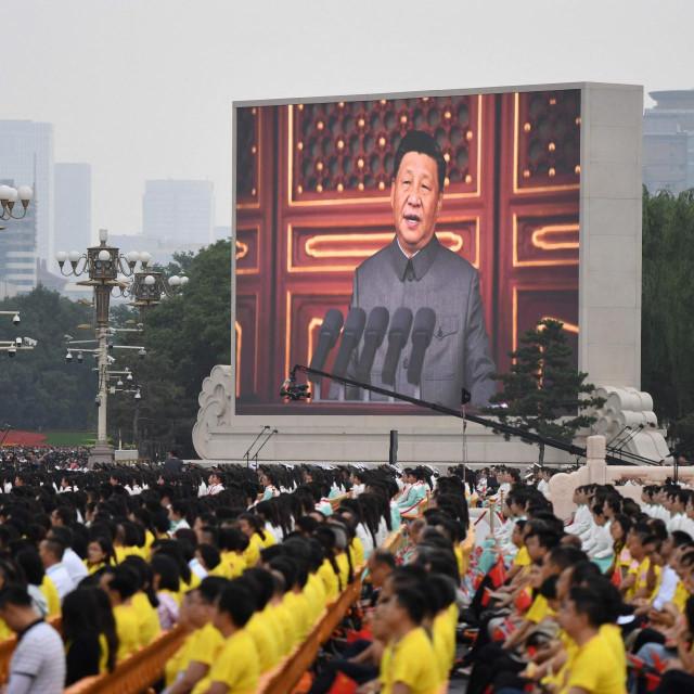 Xi Jinping na ekranu na Trgu Tiananmen povodom 100 godina KP Kine