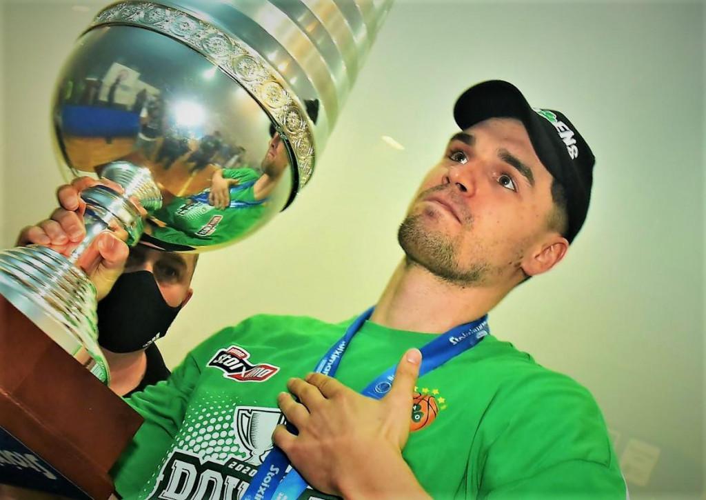 Mario Hezonja s pokalom prvaka Grčke
