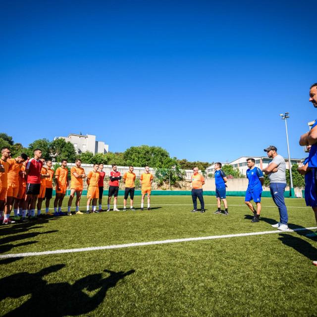 Još uvijek nisu završeni radovi na postavljanju novog hibridnog travnjaka na Šubićevcu, pa će se zadnja pripremna utakmica odigrati u Sinju